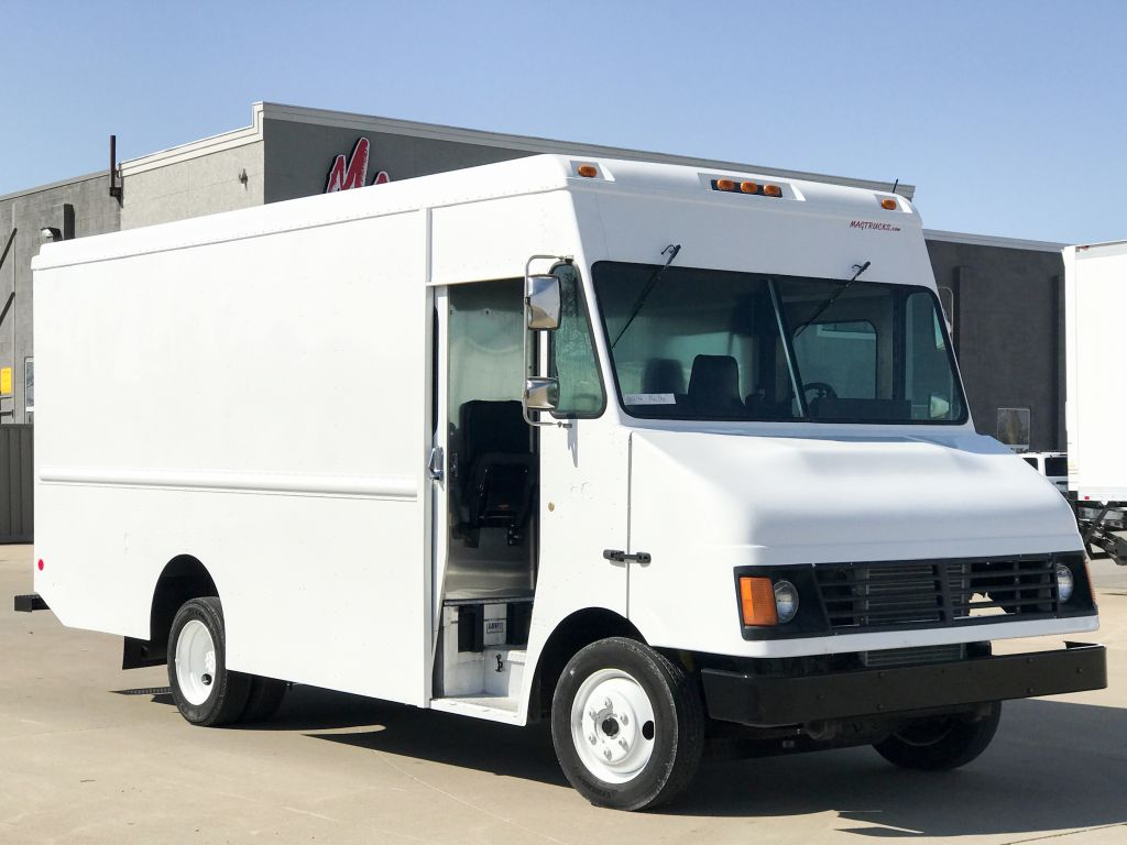 large image of 2003 Freightliner 16-ft Step Van P900