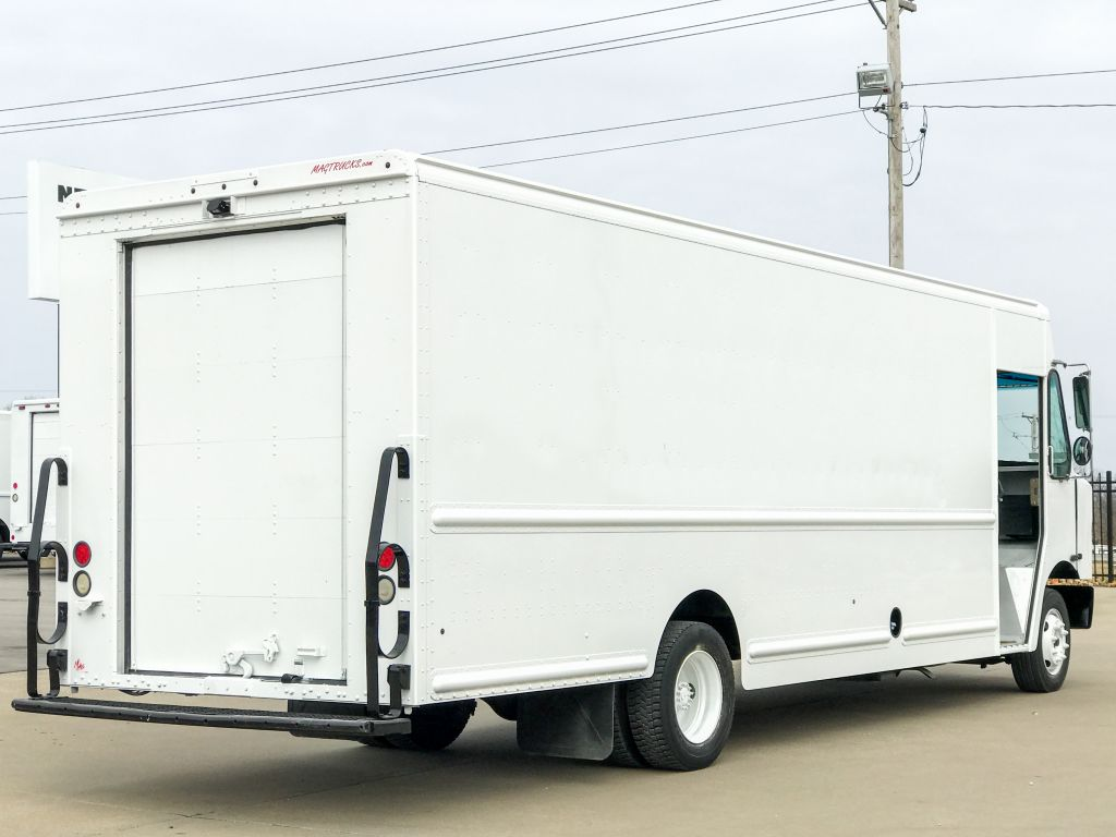 large image of 2011 Freightliner 22-ft Step Van P1200