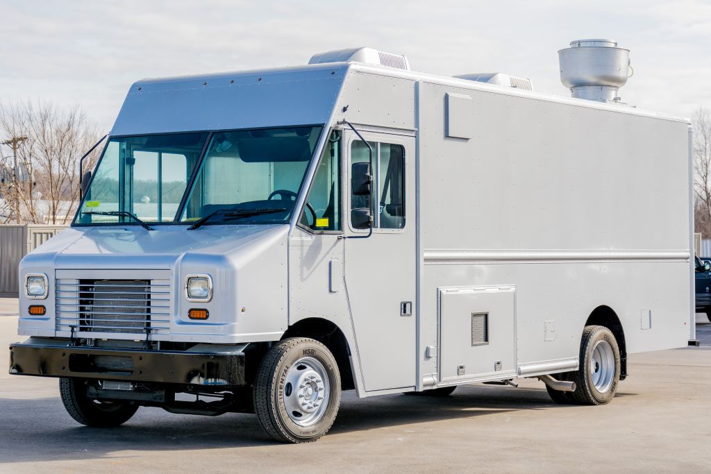 large image of 18-ft Ford 2016 Step Van P1000 Food Truck – Griller