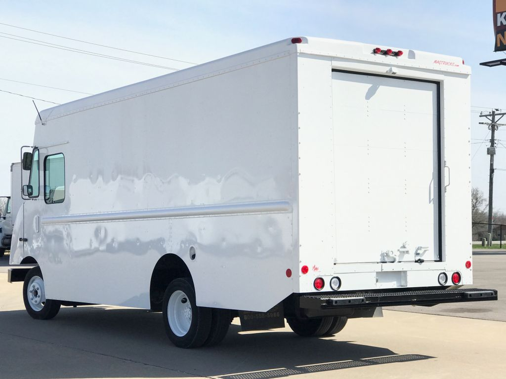large image of 2008 16-ft Freightliner Step Van P700